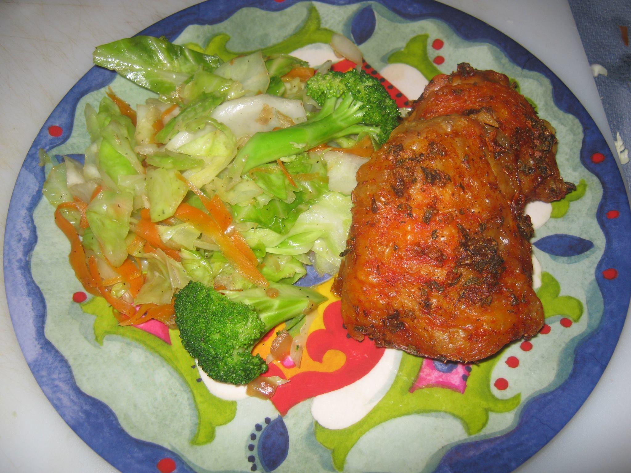Green cabbage, broccoli and carrots with Cuban crispy chicken